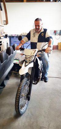 Peter sitzt auf unserem neuen Motorrad