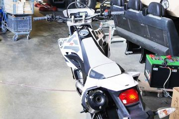 Das Motorrad in der Garage